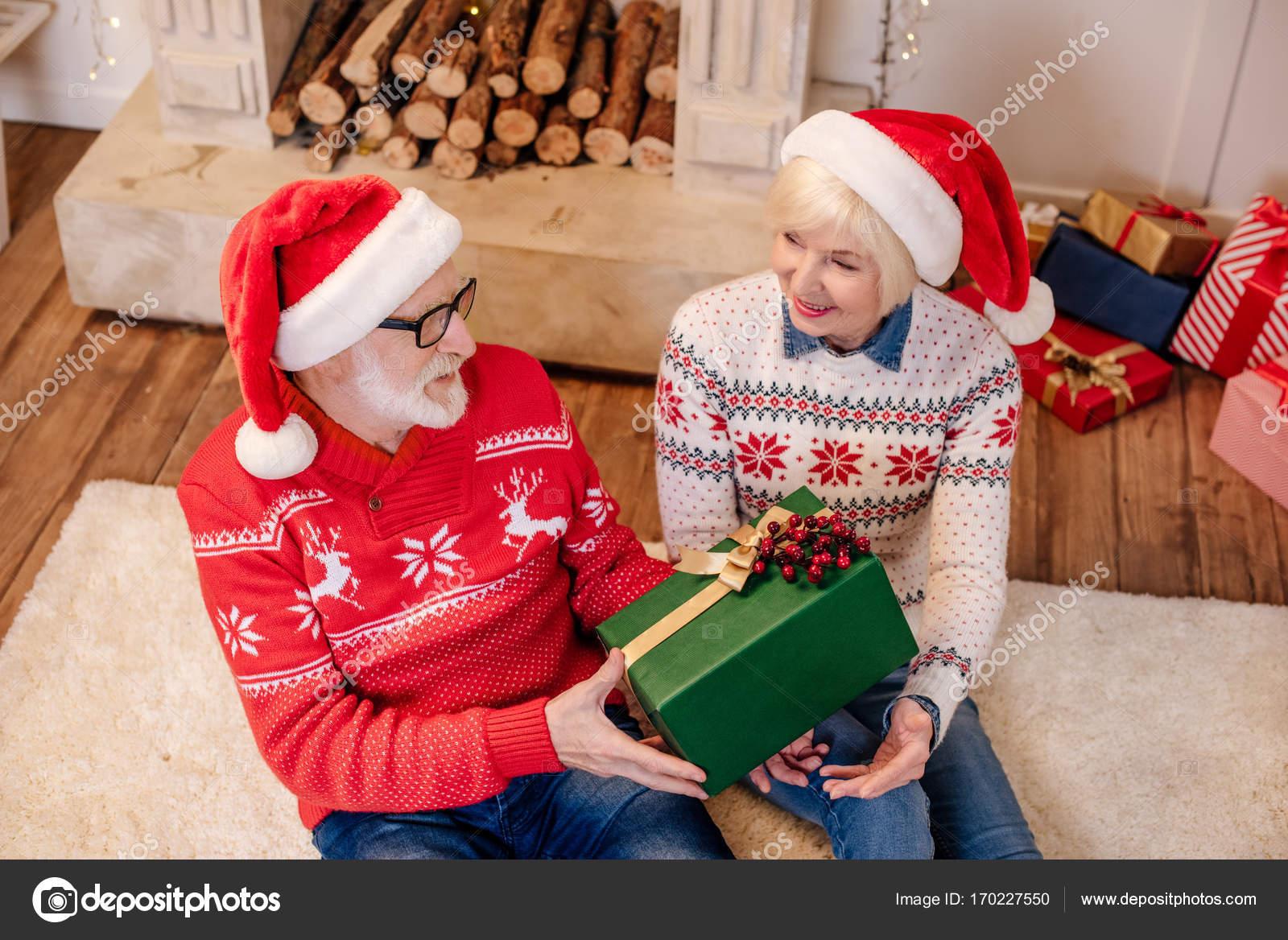 Älteres Paar mit Weihnachtsgeschenk — Stockfoto © VitalikRadko ...
