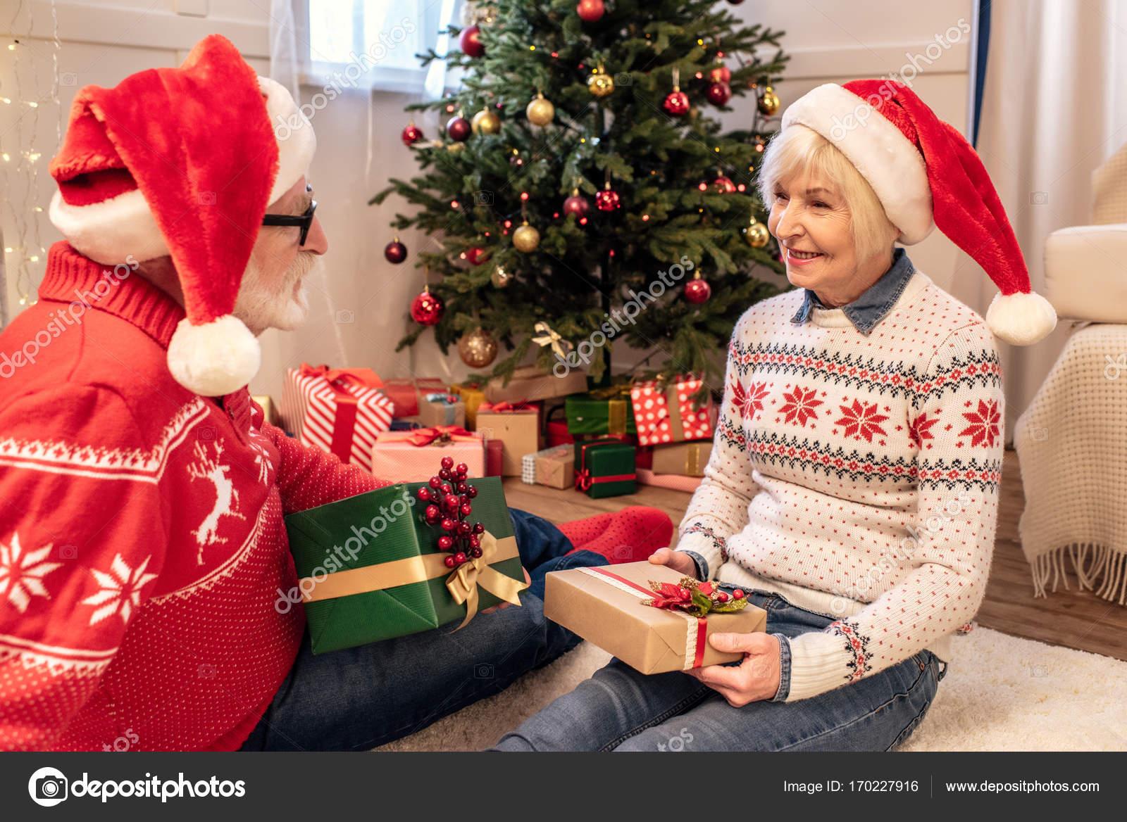 Älteres Paar mit Weihnachtsgeschenke — Stockfoto © VitalikRadko ...
