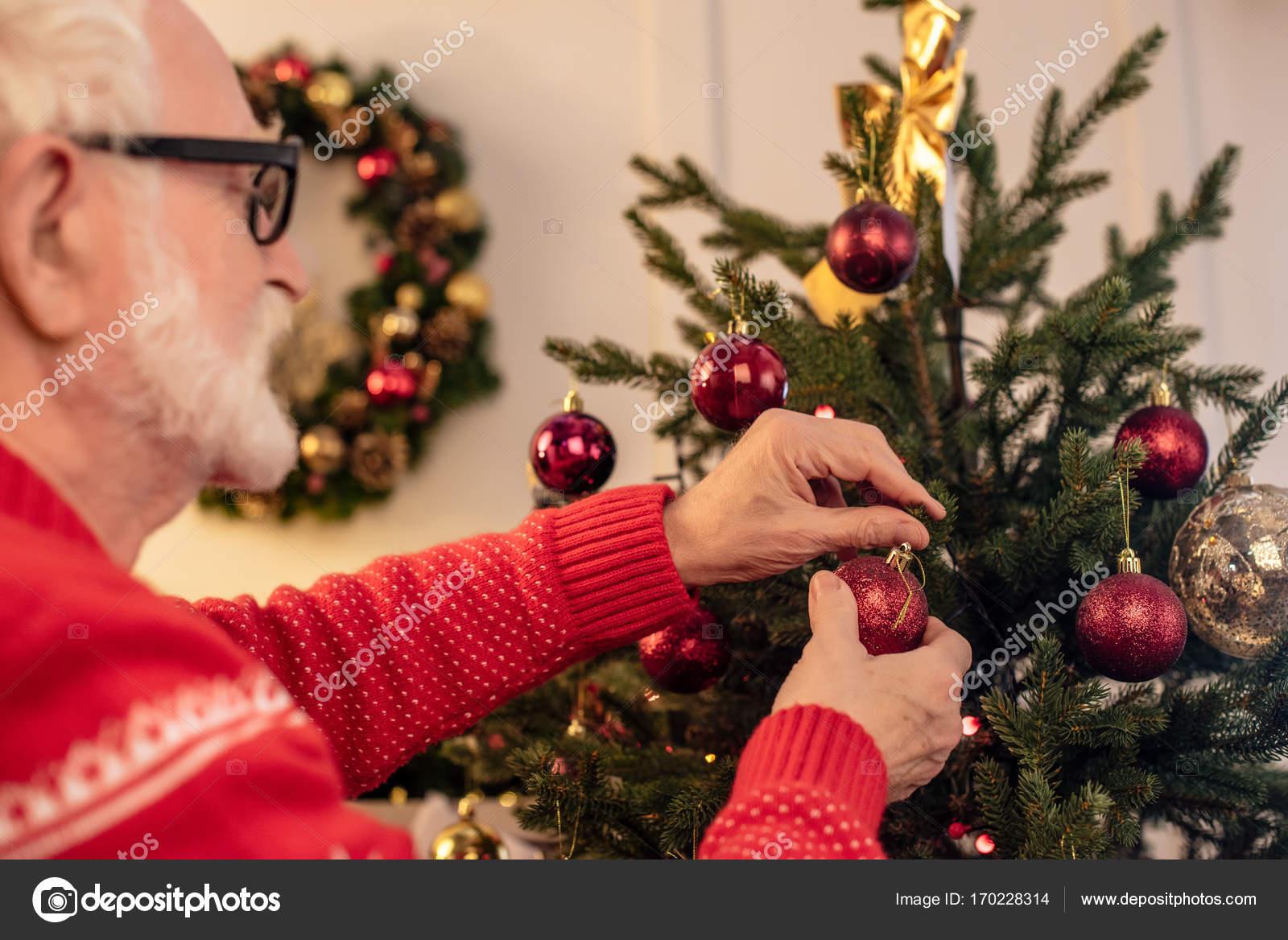 Mann schmücken Weihnachtsbaum — Stockfoto © VitalikRadko #170228314
