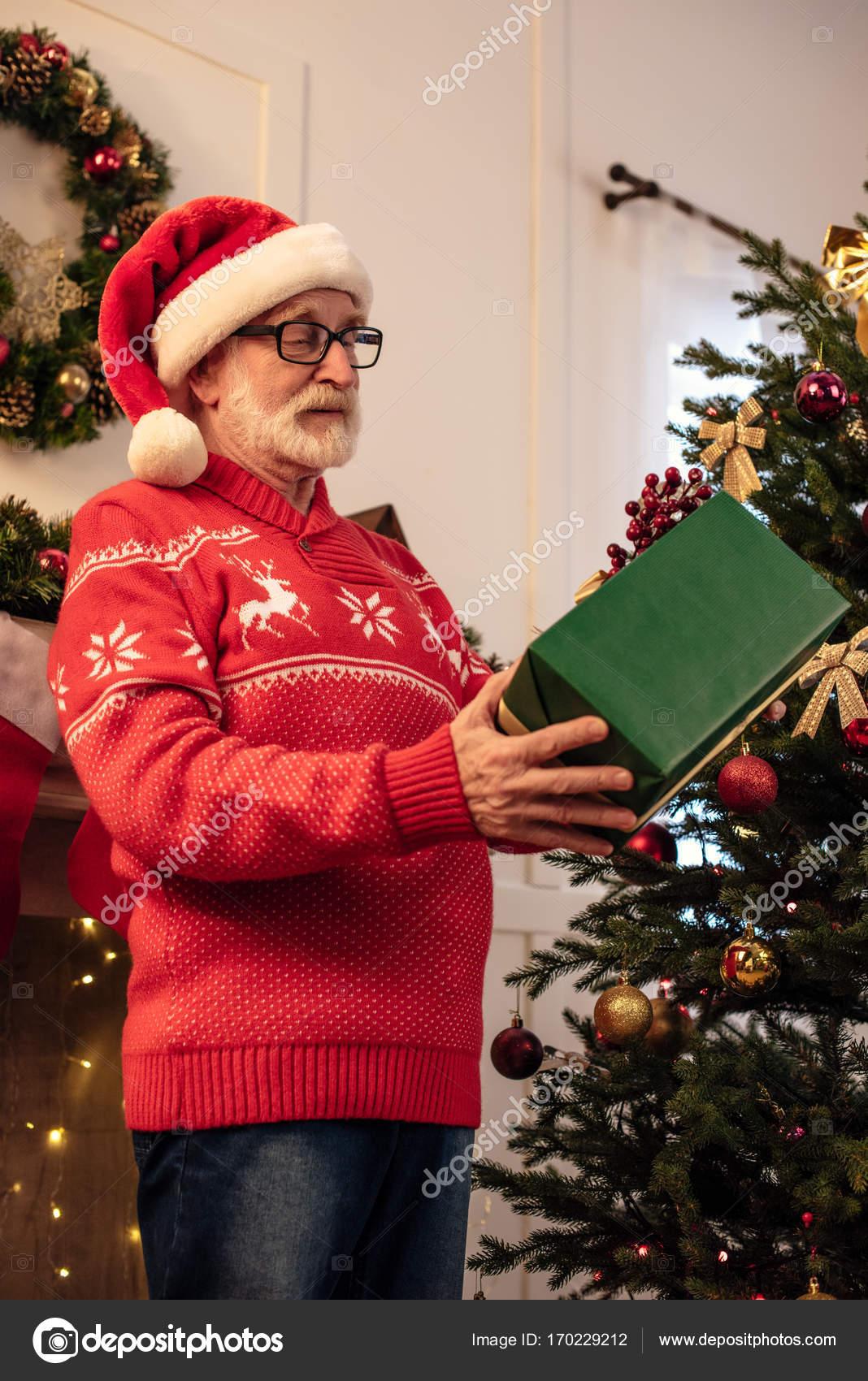 Ältere Mann mit Weihnachtsgeschenk — Stockfoto © VitalikRadko #170229212