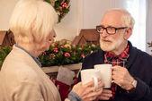 Fotografie starší pár s kávou na Vánoce