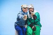 snowboardisty s kávou jít
