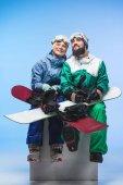 mladých snowboardistů se snowboardy