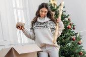 žena s vánoční ozdoby