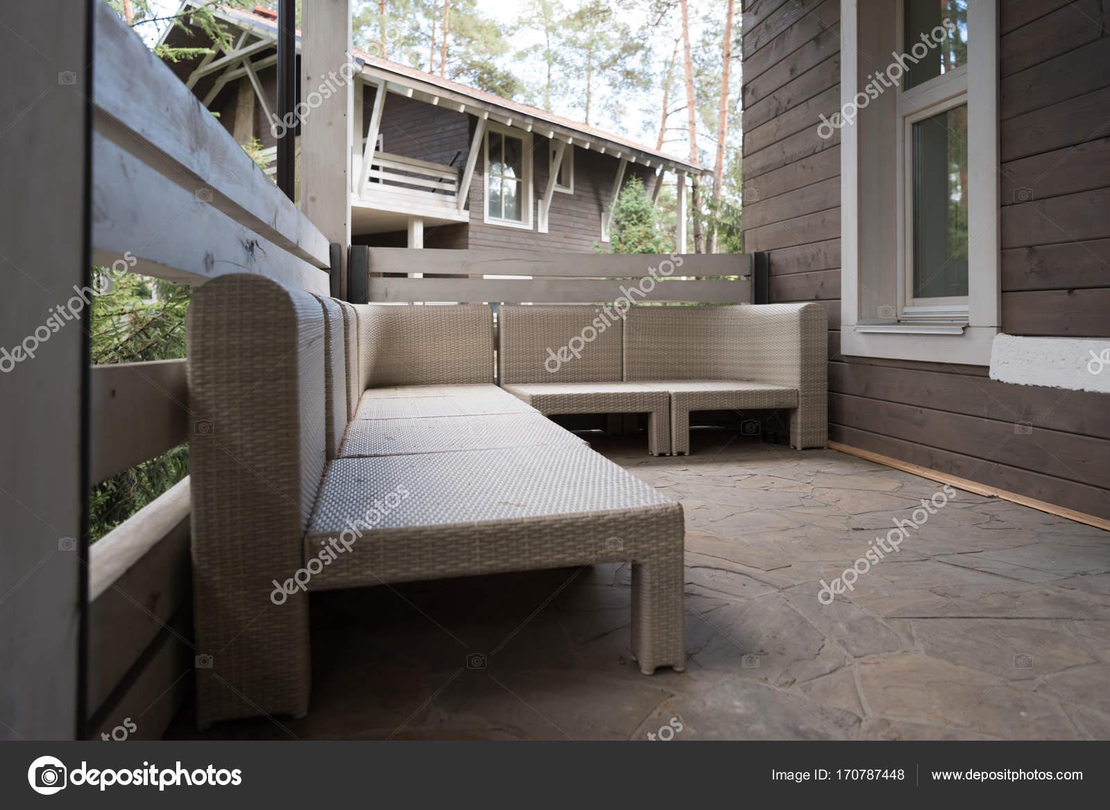 Terrazza in casa di campagna moderna foto stock for Casa moderna in campagna
