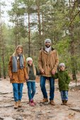 Familie verbringt Zeit im Wald