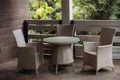 vidéki házban teraszon székek