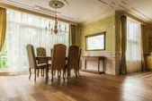 stůl a židle v klasickém interiéru