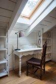 asztal, lámpa és szék