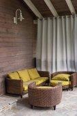 židle na terase v venkovském domě