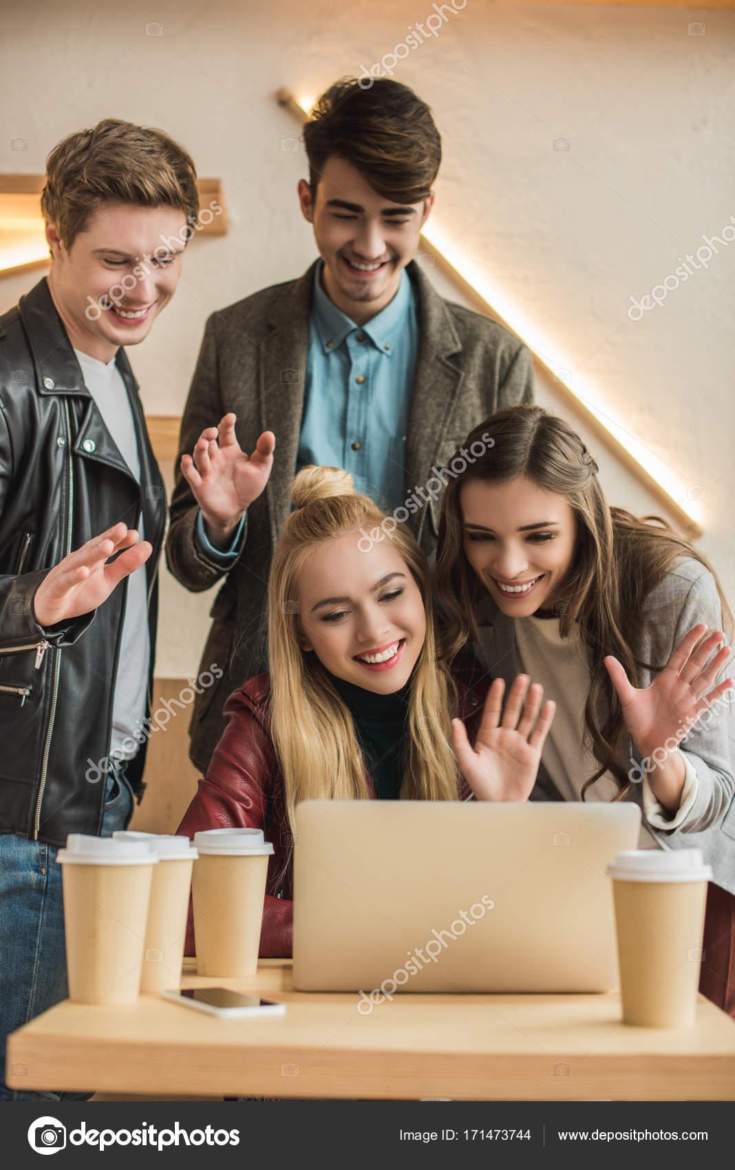 Amigos video chat y agitando las manos — Foto de stock