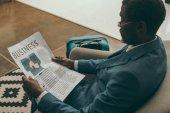 muž čtení obchodní noviny
