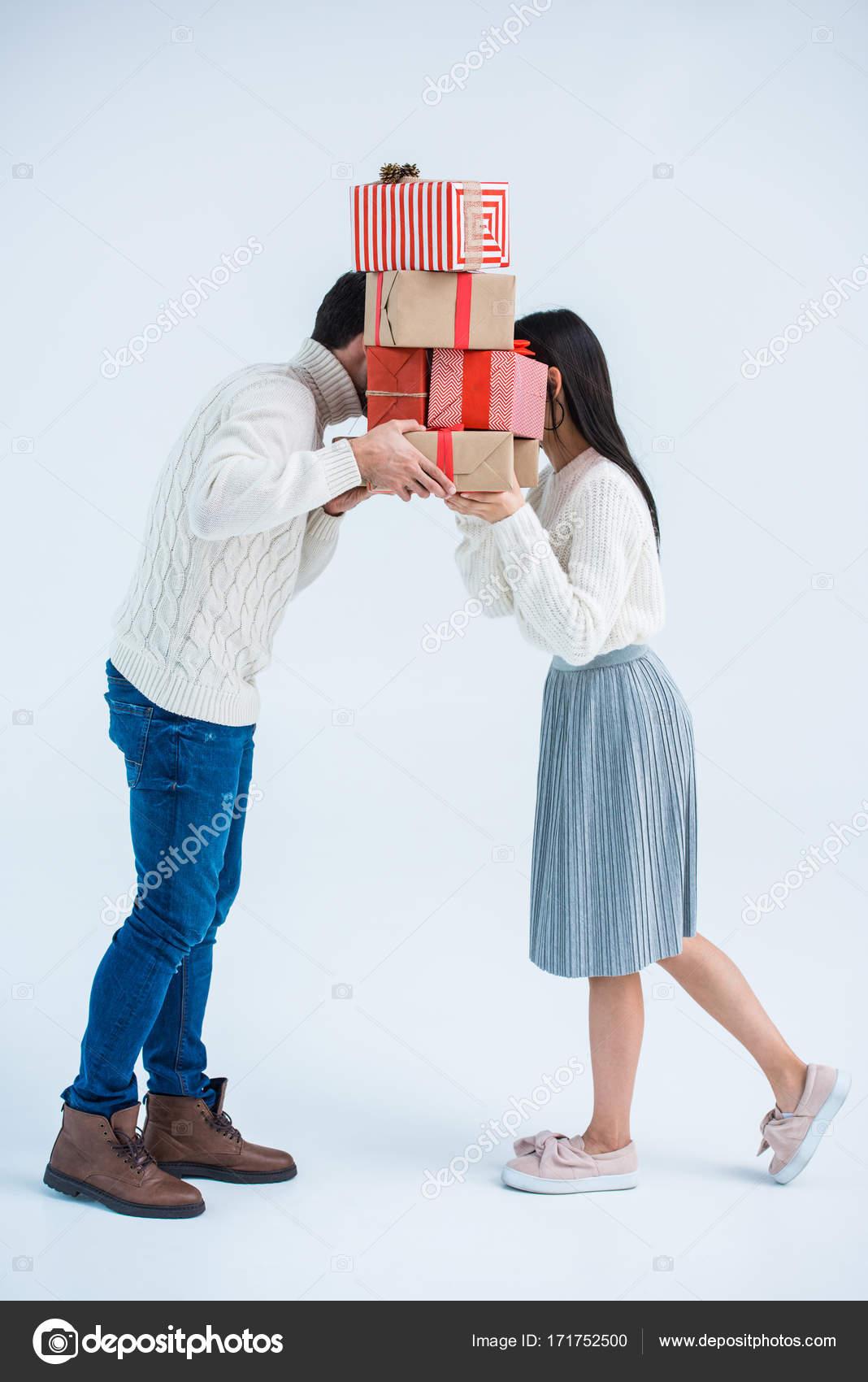Paar mit Weihnachtsgeschenke — Stockfoto © VitalikRadko #171752500