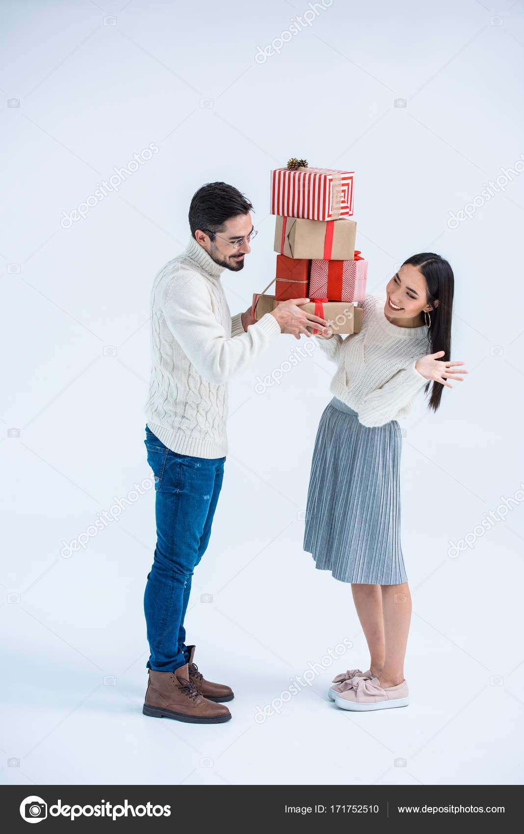 multikulturelles paar halten Weihnachtsgeschenke — Stockfoto ...