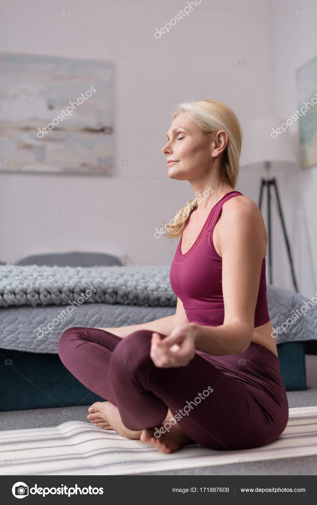 yoga pratiquer la maison de la femme photographie vitalikradko 171887608. Black Bedroom Furniture Sets. Home Design Ideas