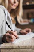 Nő a tollal írás