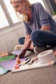 Fotografia donna carta crafting a casa