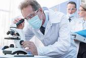 Vědec, který pracuje s mikroskopem