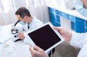 Wissenschaftler mit digitalem Tablet