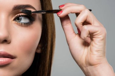 woman doing eyelashes makeup