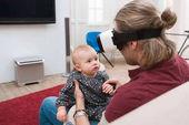 Fotografia padre che si siede con la sua piccola figlia e utilizzando le cuffie da realtà virtuale