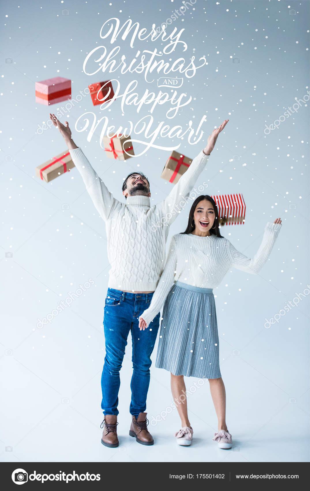 multikulturelles paar mit verpackte Weihnachtsgeschenke — Stockfoto ...