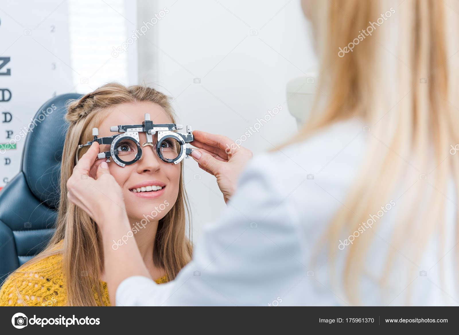 Oculista Joven Paciente Con Marco Prueba Clínica — Foto de stock ...