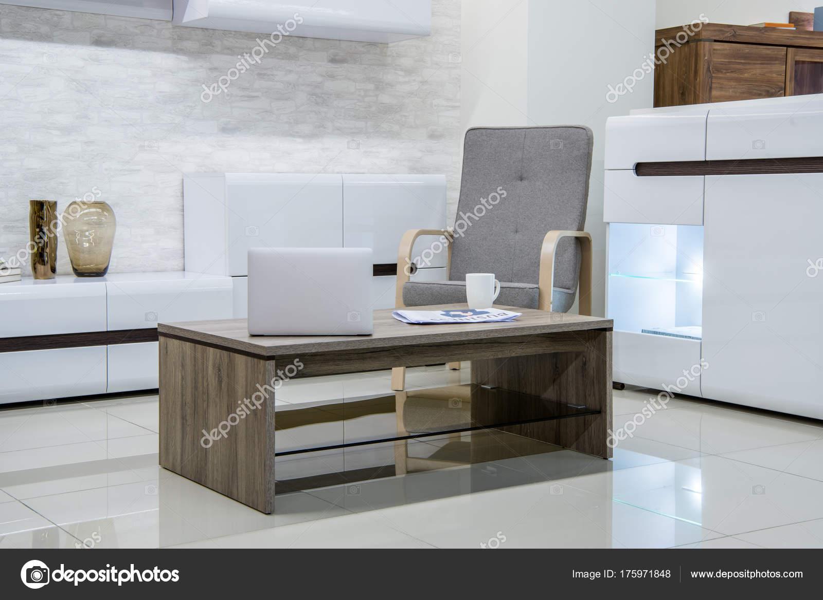 Moderne Woonkamer Interieur Met Laptop Tafel — Stockfoto ...