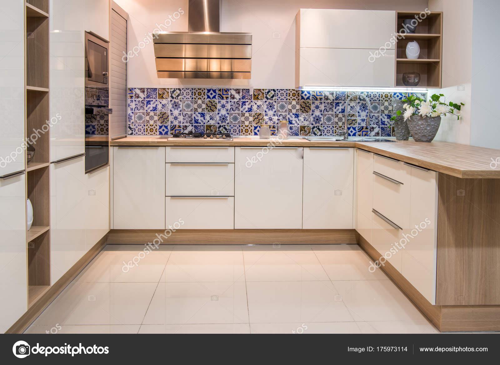 Moderne Keuken Kleuren : Gezellige moderne keuken interieur met meubilair lichte kleuren
