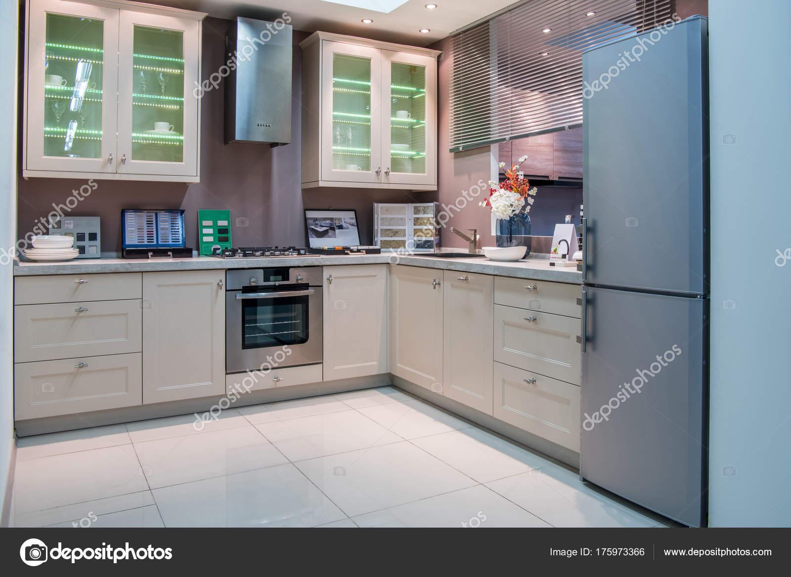 moderne keuken interieur met grijze koelkast stockfoto