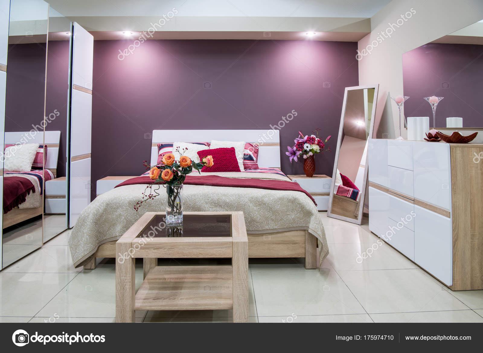 Paarse Accessoires Slaapkamer : Gezellige moderne slaapkamer interieur paarse tinten u stockfoto