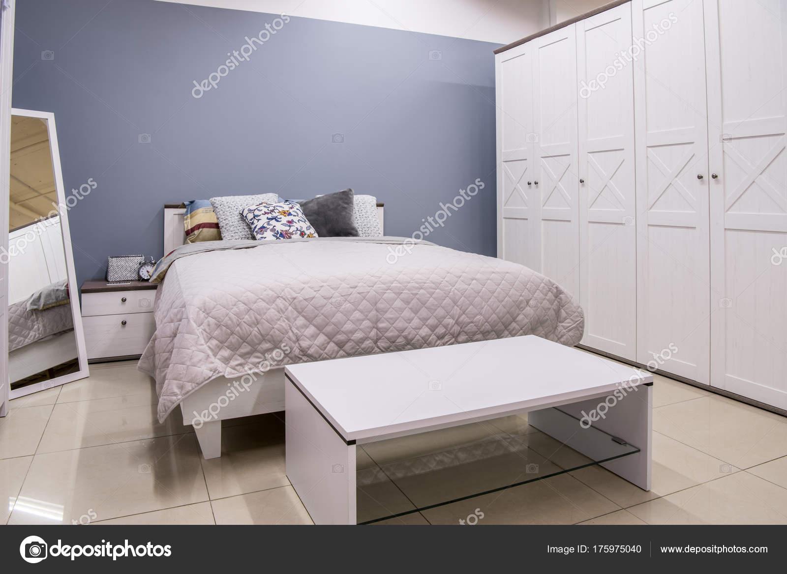 Schlafzimmer bett modern  Gemütliche Moderne Schlafzimmer Innenraum Mit Bett — Stockfoto ...
