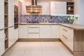 Fotografia interiore della cucina moderna accogliente con mobili in tonalità chiare
