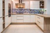 Fényképek hangulatos, modern konyha belső világos tónusú