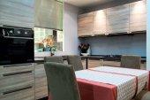 moderní kuchyň a jídelní místnost interiér