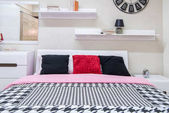 Photo cozy modern bedroom interior with bed