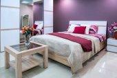 Útulná ložnice moderní interiér v purpurových tónech
