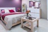 Photo cozy modern bedroom interior in purple tones