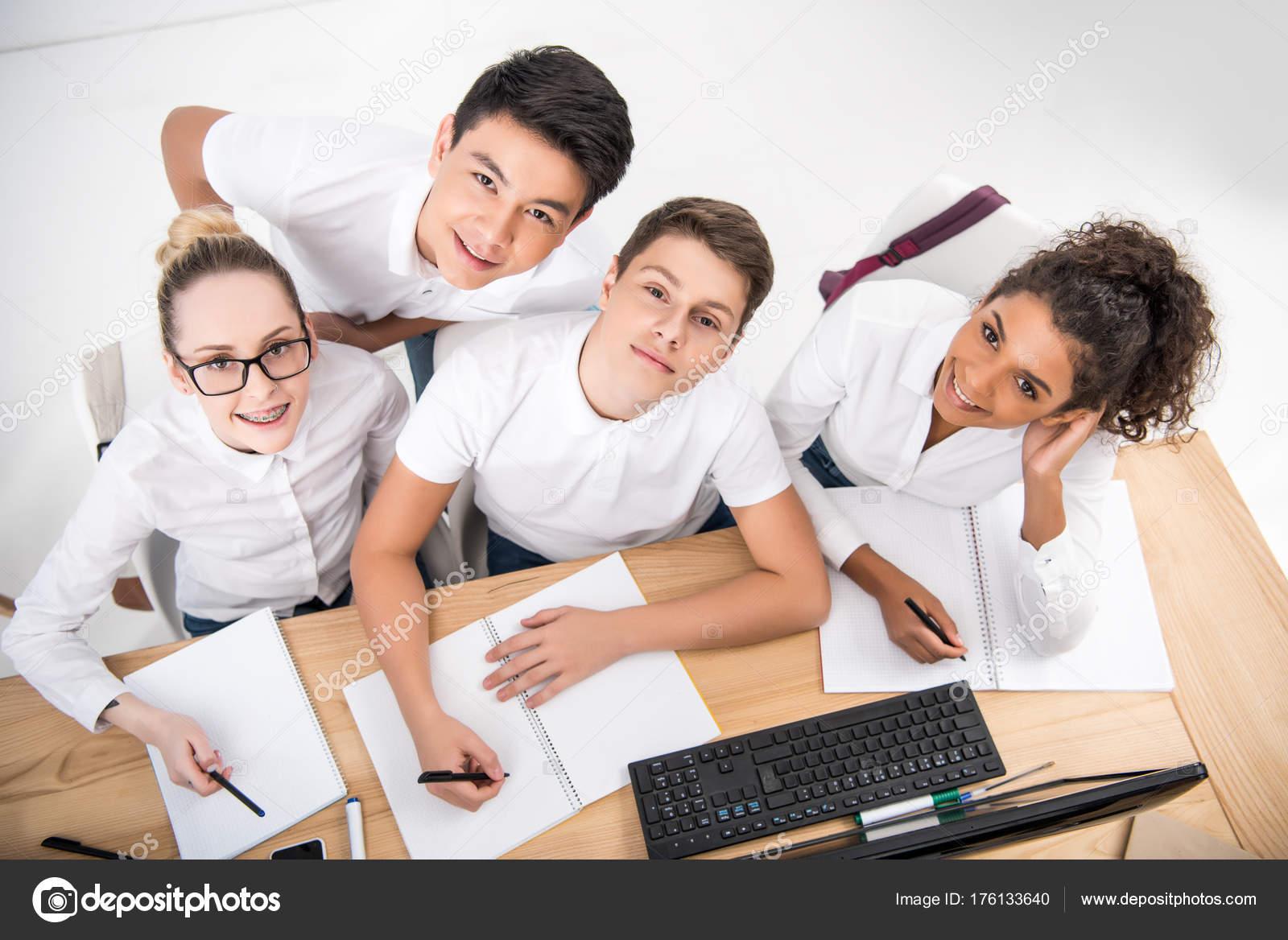 Junge Studenten Etwas Schreiben Notizbüchern — Stockfoto ...