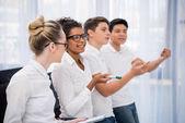 mladí studenti multikulturního pohledu a ukazoval na něco
