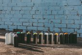 plechovky s barevnými barva ve spreji stojí v řadě na asfaltu