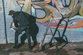 pouliční umělec obraz barevná graffiti na zdi budovy