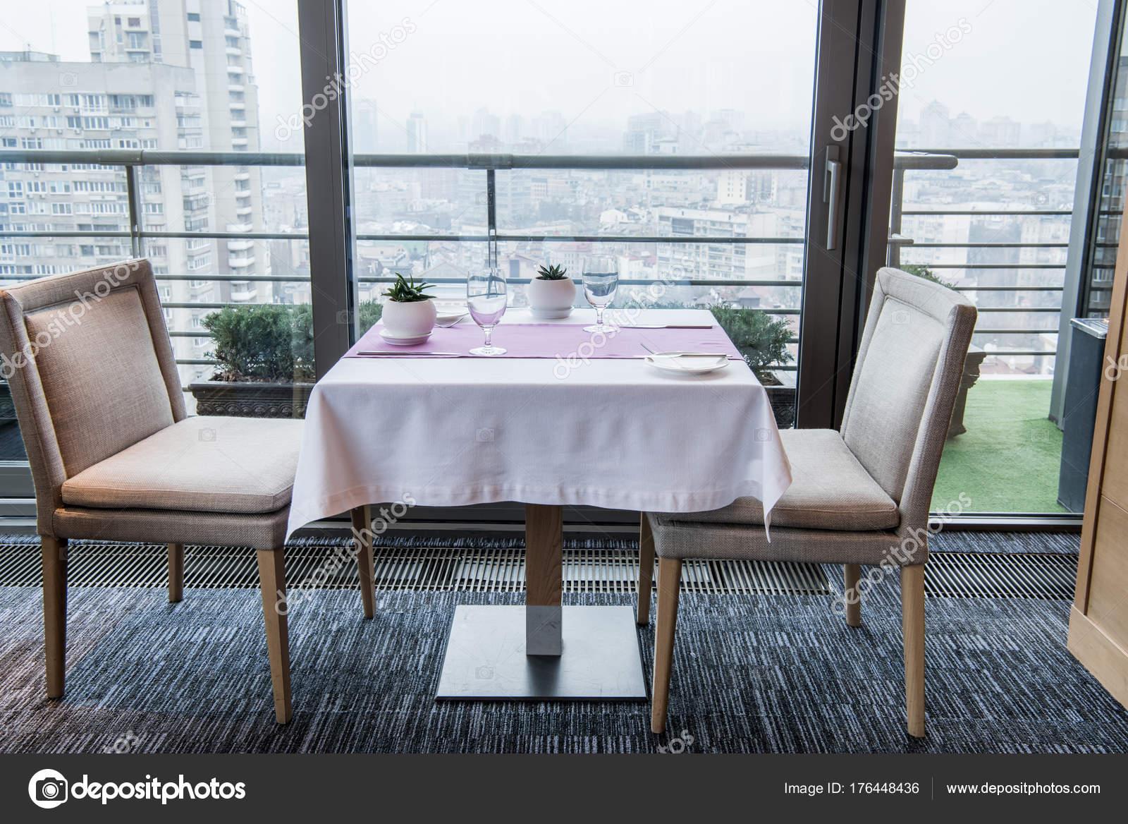 Bouchent La Vue Servi Table Et Chaises De Restaurant Images Stock Libres Droits
