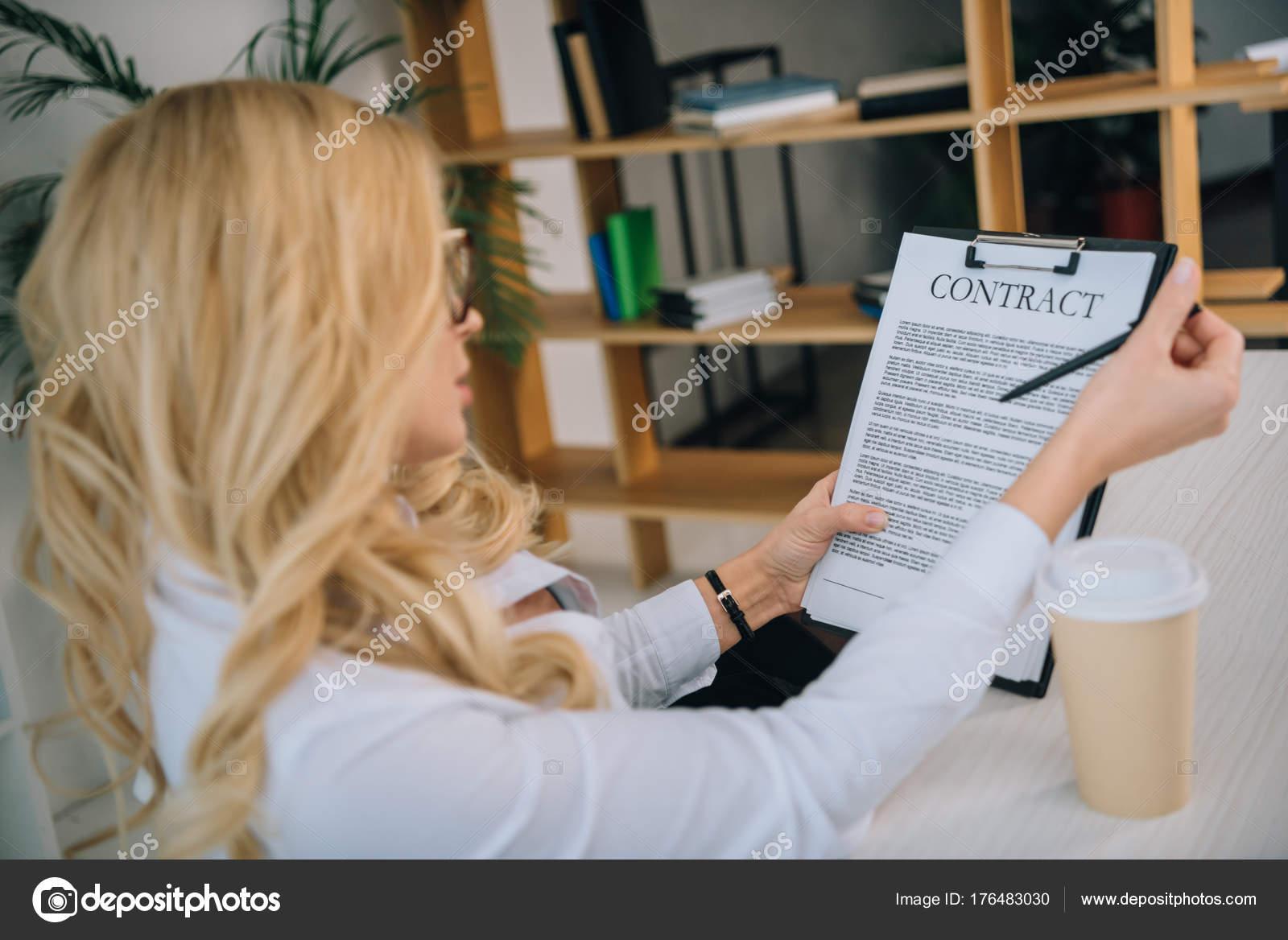 lire un contrat de travail Vue Latérale Une Femme Affaires Lire Contrat Travail  lire un contrat de travail