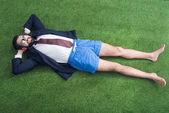letecké snímky podnikatel v bundě a šortky na zeleném trávníku