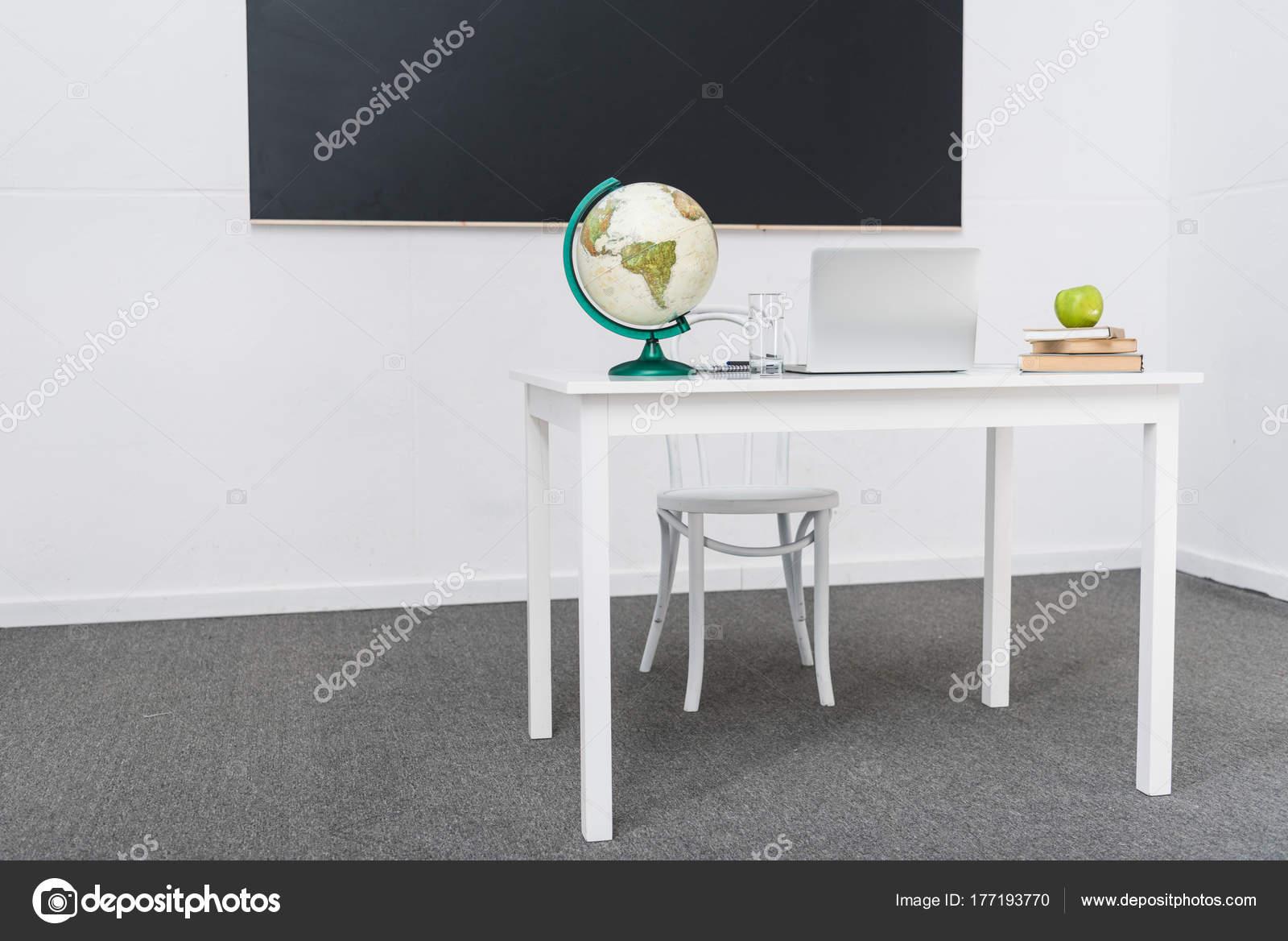 Bureau van leerkrachten klas voor bord u stockfoto vitalikradko