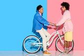 krásný mladý pár objímaly na růžové a modré pozadí