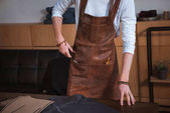Teilansicht der männlichen Mode-Designer in Zusammenarbeit mit Nähwerkzeuge und Stoff in Werkstatt Schürze