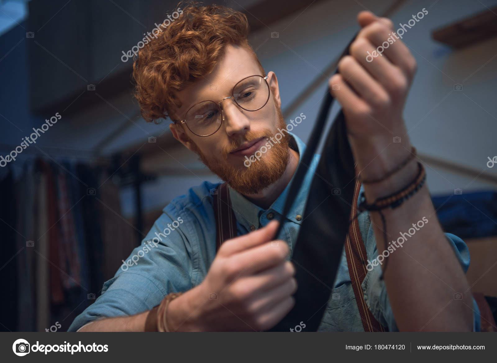 Jeune designer de mode masculine en lunettes tenue cravate noire — Image de  VitalikRadko e2b474f7dd31