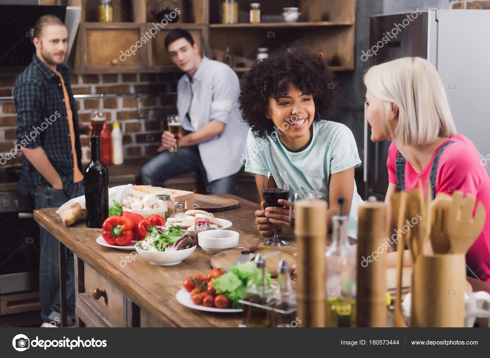 Багатоетнічне Дівчаток Говорити Кухні Вином Чоловіки Друзі Дивлячись ... 94b5e6f4f6706